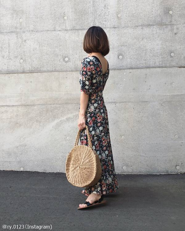 ただ着るだけじゃちょいダサに…夏の「花柄ワンピ」の着こなし方は?