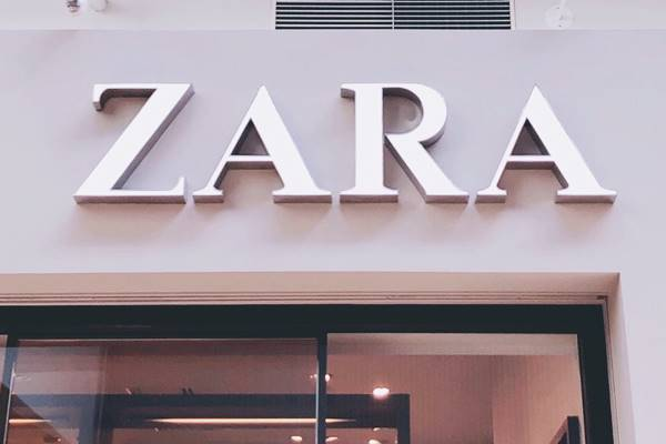 ZARAのプリント柄ワンピースが小花柄なのに大人っぽくて可愛すぎる。特別な日に着ていく一着に!
